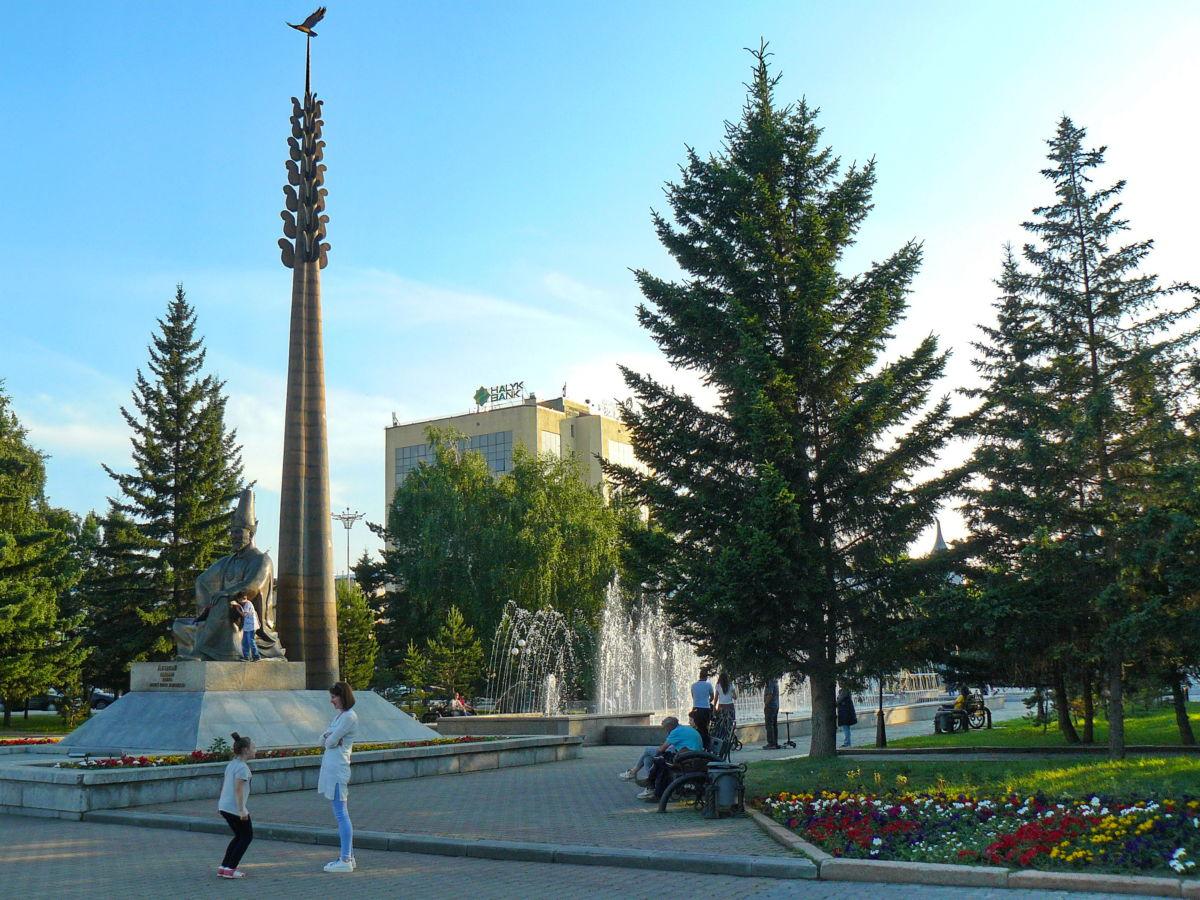 Памятник Абылай-хану и фонтан у входа в городской парк Кокшетау 24 июня 2019